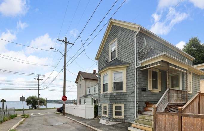 Charming 2BR Seaside Colonial in Salem