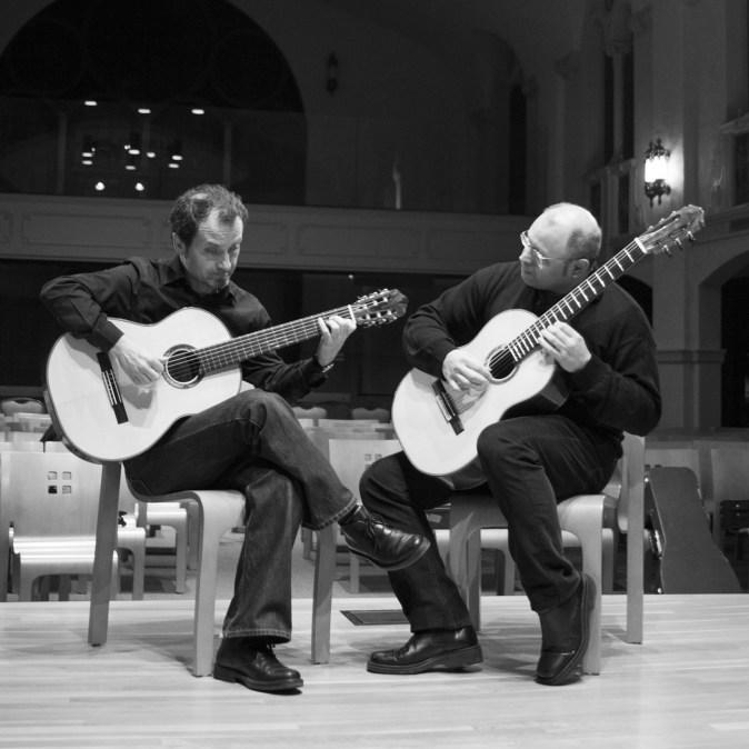 guitar-duo-plays-sq-m