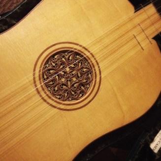 manuele-listen-guitar-detail-3