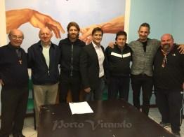 Nella foto di gruppo da sinistra: don Gianantonio, il vicesindaco Mancin, il dirigente amatori calcio De Prosperis, il consigliere comunale Capanna, il mister Soncin, il dirigente Mantovan e don Nicola.