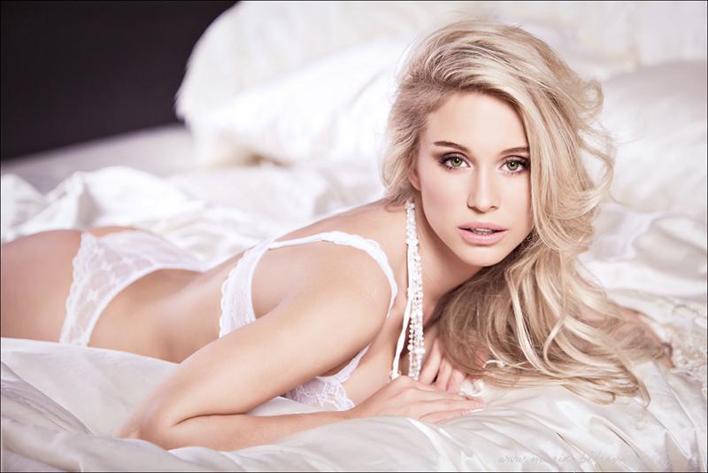 Rezultate imazhesh për blonde in lingerie