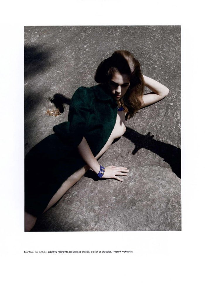 """Samantha Gradoville photographed by Viviane Sassen in """"Goutte d'eau sur pierres brûlantes"""" for Numéro #115 4"""