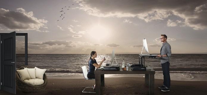 Digitalni nomadi plaža kao ured