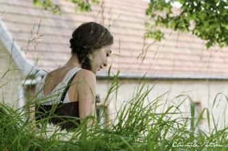 la-fille-au-milieu-des-herbes
