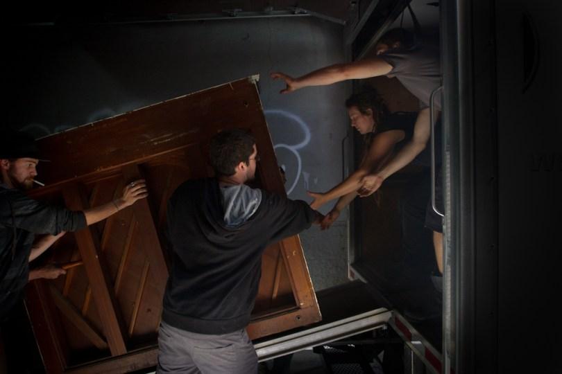 Travail d'équipe pour déménager un piano. Team work to move a piano.