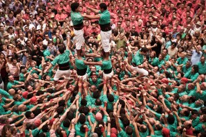 Structure from above. The green Castellers de Vilafranca are happy, the red one Colla Vella de Valls are not because there is a lot of rivalry between them.