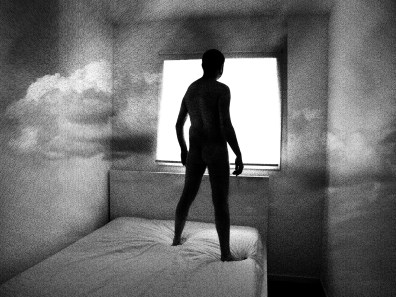 Un homme nu est debout sur son lit
