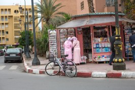 A pair of women browse magazines from a kiosk in the city. Although recent years has increased the literacy rate, there are however disadvantages for women in education, social participation and in the life of the couple.
