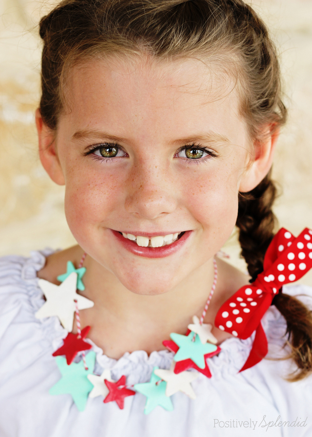 Patriotic glow-in-the-dark star necklace craft. Perfect for July 4th! #thebigbling