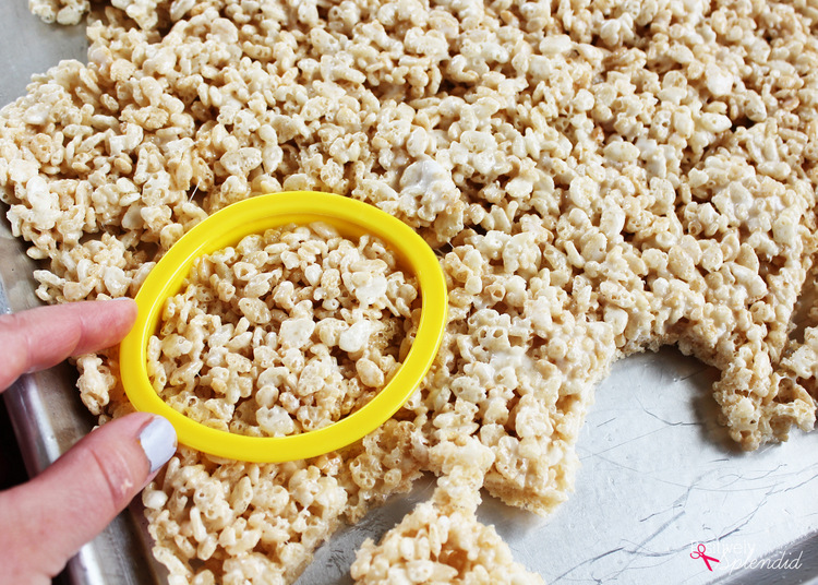 Adorable carrot Rice Krispies treats are perfect for Easter! Great for making with kids.