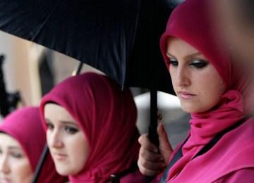 Πολυπολιτισμικότητα και μαντίλα: Γιατί η Δύση να δεχτεί τον defacto υποβιβασμό των γυναικών ;