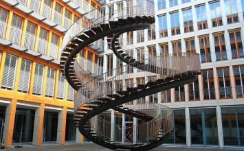 Μία σκάλα που ανεβαίνεις για να… κατέβεις