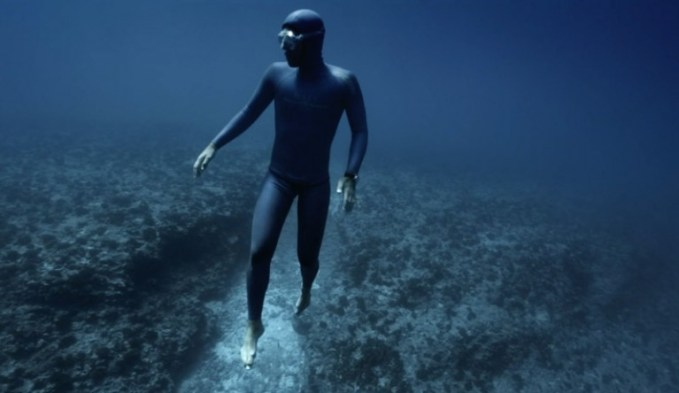 freediver-Guillaume-Nery-ocean-gravity