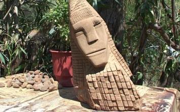 Παύλος Κοκορόσκος: Δίνει ανθρώπινες μορφές σε πέτρες και ξύλα με τη χρήση γεωργικών εργαλείων