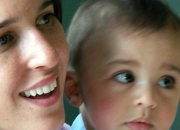 """""""Κοιτώντας"""" στα μάτια την Ευρωπαία Ελληνίδα μητέρα"""