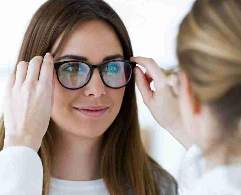 Ragazza che prova occhiali dall'oculista - Foto per Testimonianze Video con Categoria Vista