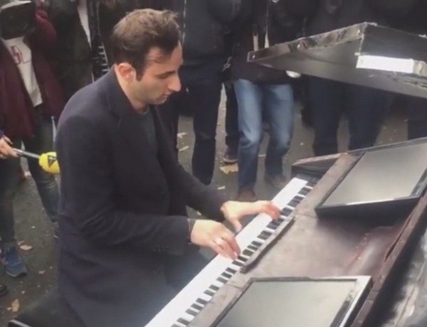 "Attentats à Paris : Un pianiste reprend ""Imagine"" de John Lennon devant le Bataclan"