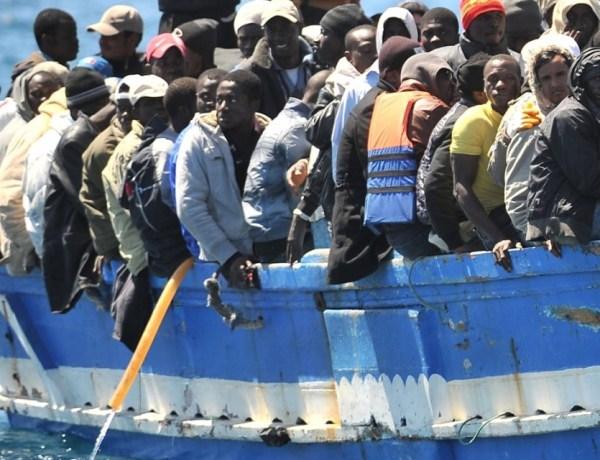 Un capitaine, forcé de s'agenouiller devant les dépouilles d'enfants migrants