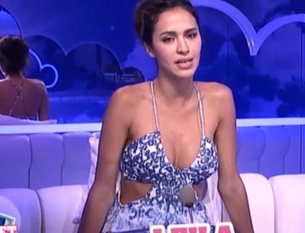 Leila Ben Khalifa prend une pose ultra sexy en bikini devant son miroir!
