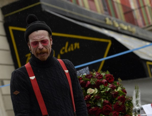 Grand Journal : Le leader des Eagles of Death Metal en pleurs avant son concert à l'Olympia