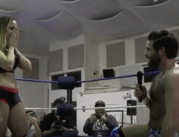 Il fait sa demande en mariage en plein match de catch sur le ring