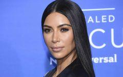 Sans soutien-gorge, Kim Kardashian ose la robe transparente !