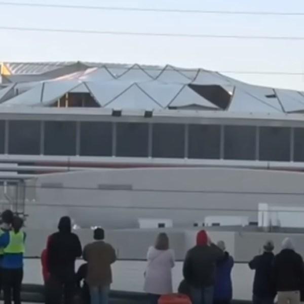 Des journalistes filment en direct la destruction d'un stade quand soudain…