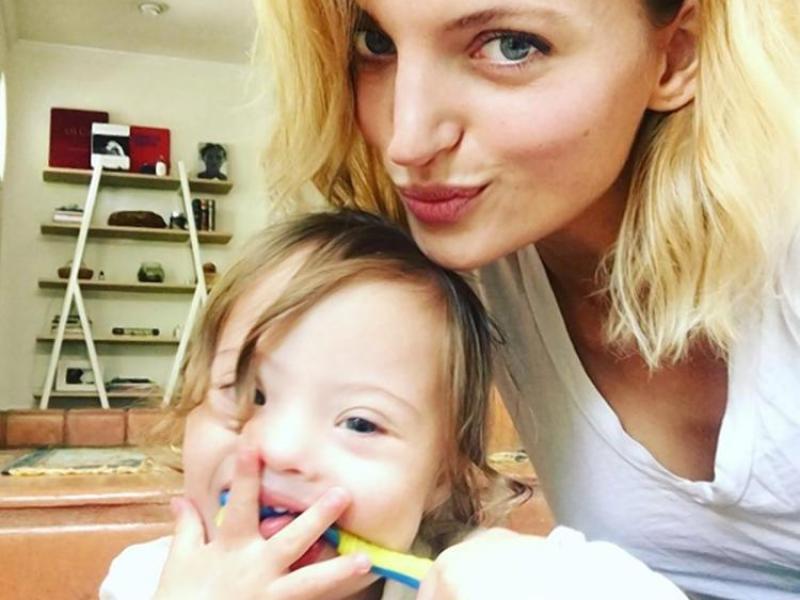 """Amanda Booth craquante en couverture de """"Vogue"""" avec son fils trisomique"""