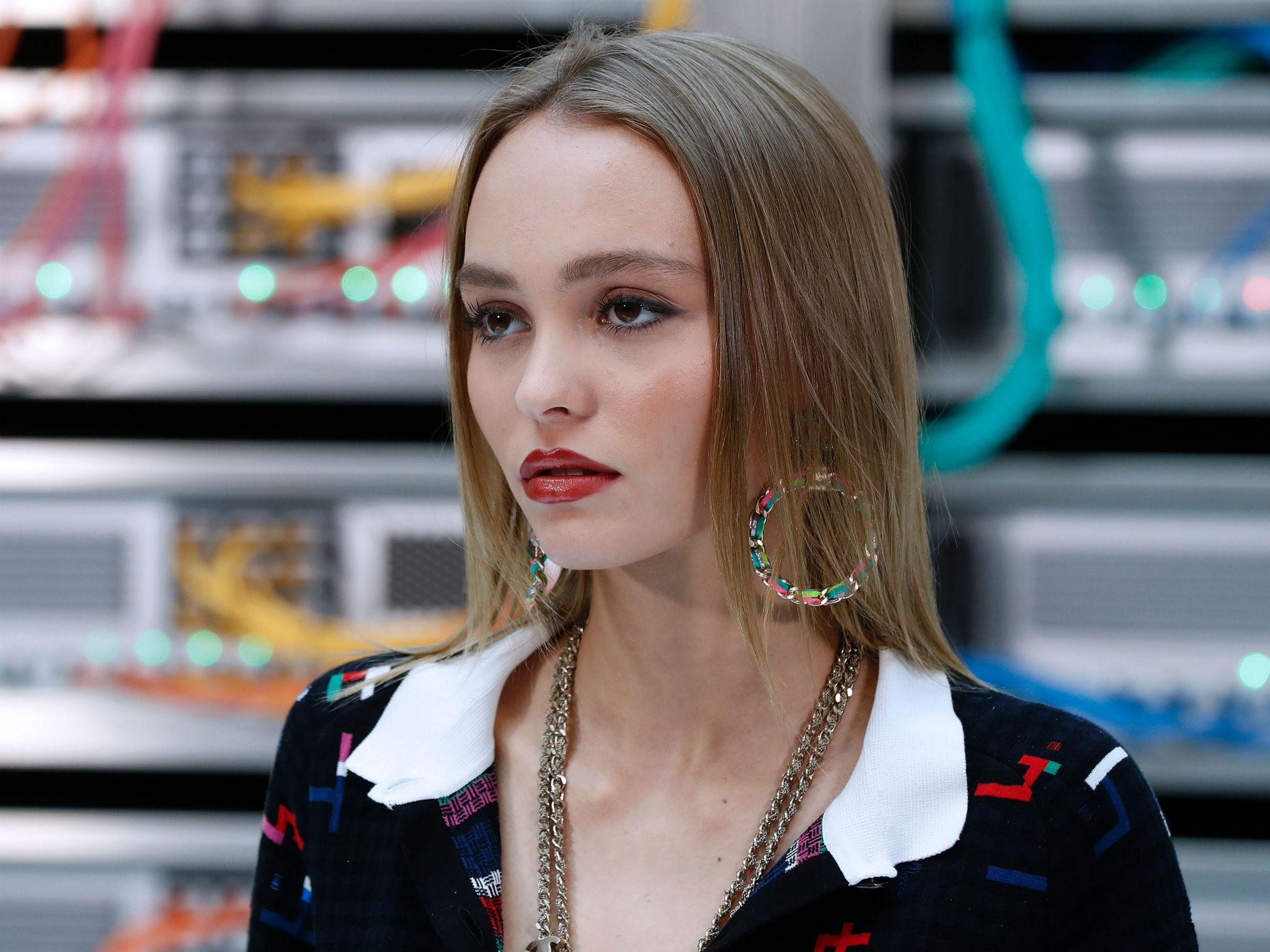 Lily-Rose Depp pousse un violent coup de gueule sur Instagram !