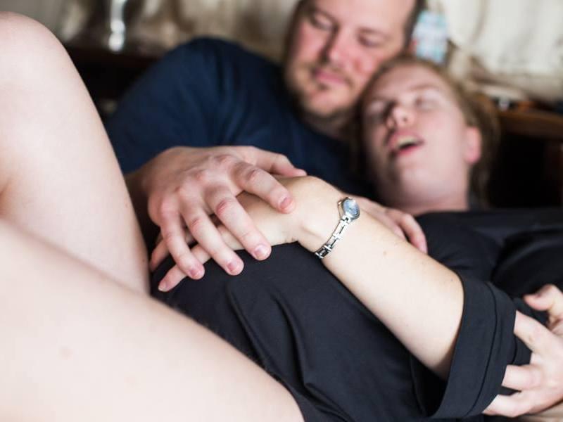Elle « accouche » d'un chat ! Les photos délirantes d'un couple pas comme les autres