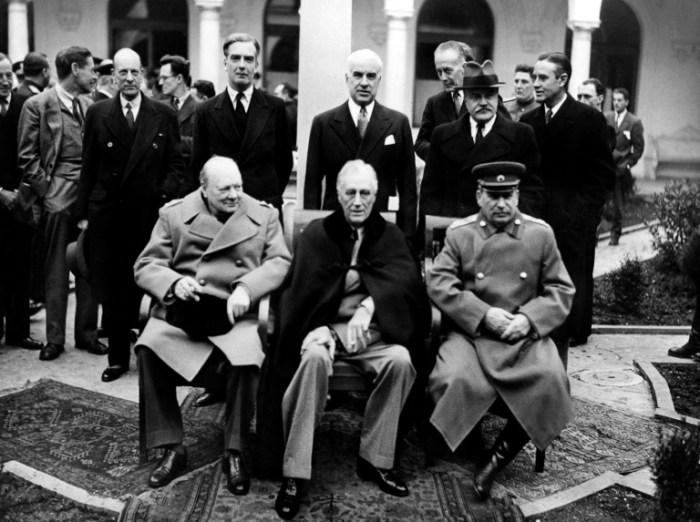 Winston Churchill aux côtés de Franklin Roosevelt et Joseph Staline à Yalta le 4 février 1945