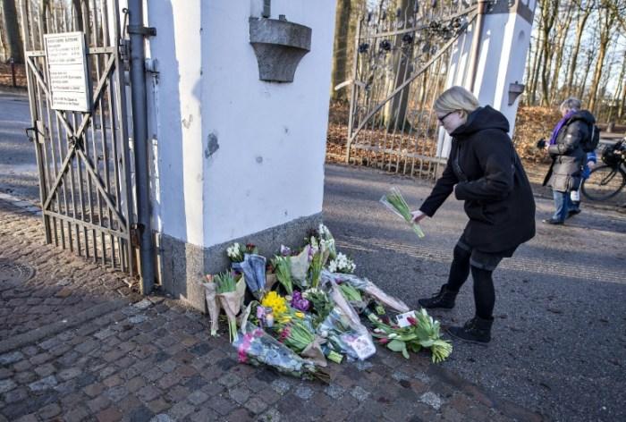 Une femme dépose des fleurs devant le palais Marselisborg, à Aarhus, au Danemark, le 14 février 2018