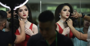 Une Vietnamienne sacrée reine de beauté transgenre en Thaïlande