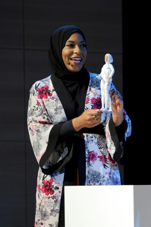 Ibtihaj Muhammad, l'escrimeuse américaine tient une poupée Barbie à son effigie et comme elle voilée en novembre 2017