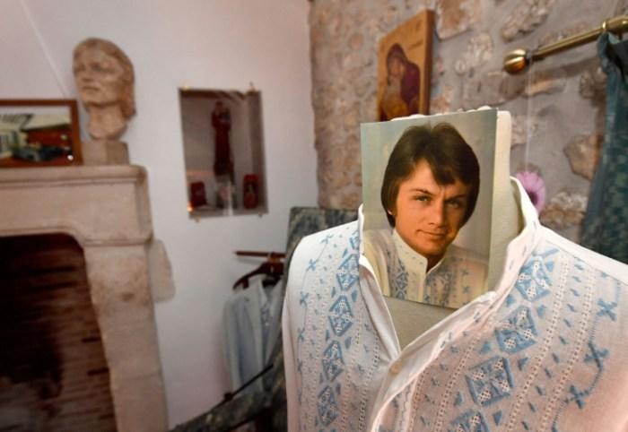 Une chemise portée par le chanteur Claude François, exposée dans sa résidence du Moulin de Dannemois transformée en musée, le 27 mars 2018