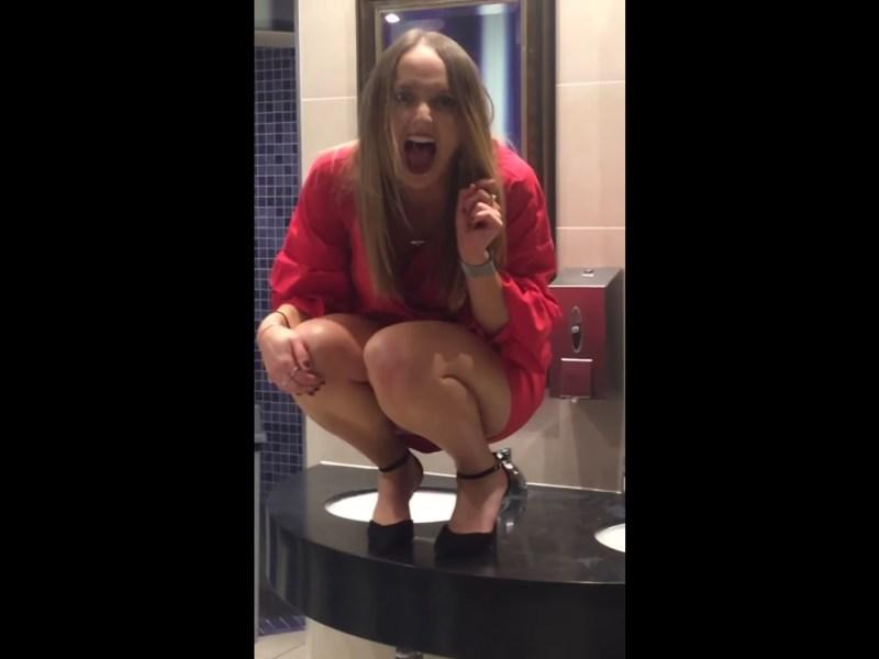 Elle danse en talons dans les toilettes d'une boite de nuit… mauvaise idée !