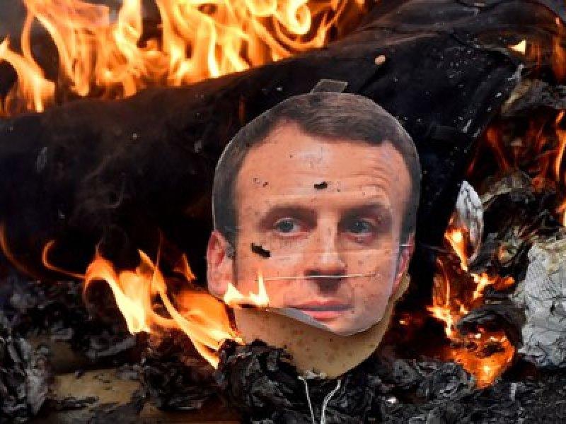Emmanuel Macron : des manifestants brûlent un mannequin à son effigie
