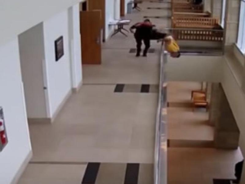L'accusé tente de s'échapper du tribunal en sautant du balcon