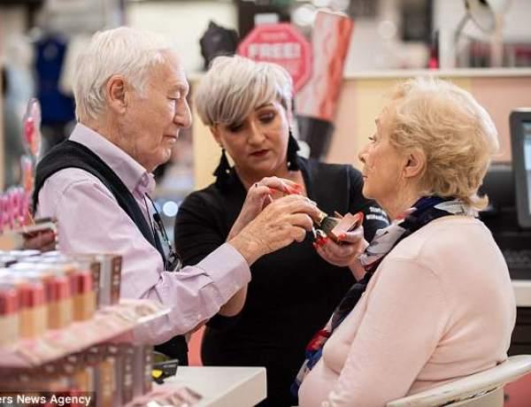 A 84 ans, il apprend le maquillage pour aider sa femme qui devient aveugle