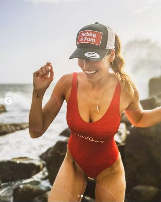 Laury Thilleman fait fondre les internautes avec sa taille fine