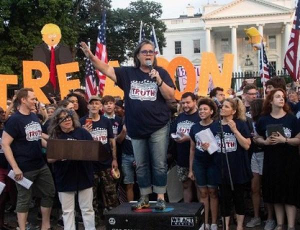 Des stars de Broadway protestent en chanson contre Donald Trump devant la Maison-Blanche