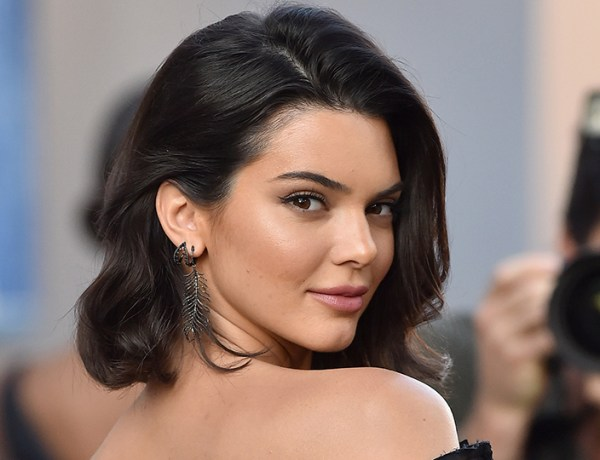 Totalement hot ! Kendall Jenner fait tomber le haut et pose topless