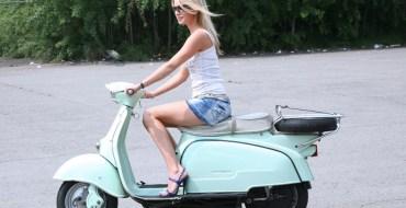 Quand une blonde tente de démarrer un scooter