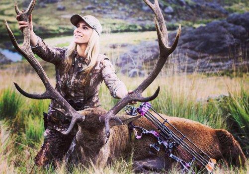 Etats-Unis : une star de télévision pose avec les animaux qu'elle tue