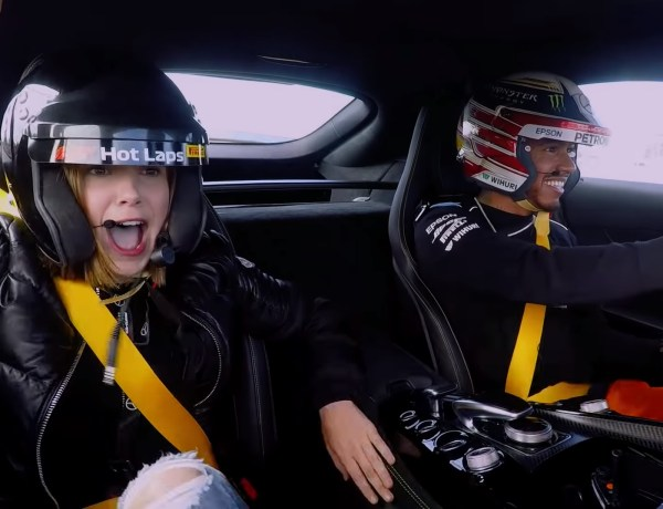 Millie Bobby Brown (Stranger Things) en panique dans la voiture de Lewis Hamilton