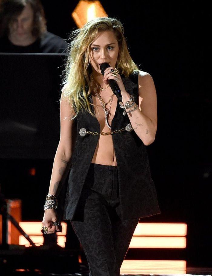 Grammys 2019 : Miley Cyrus se dévoile dans un incroyable ensemble transparent !
