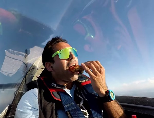 Un pilote d'avion mange tranquillement sa part de pizza… en plein looping !