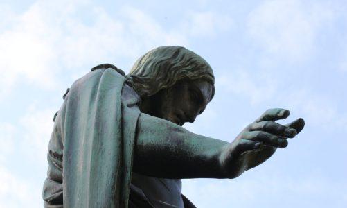 Statuen in Potsdam – Christus-Statue im Innenhof der Friedenskirche