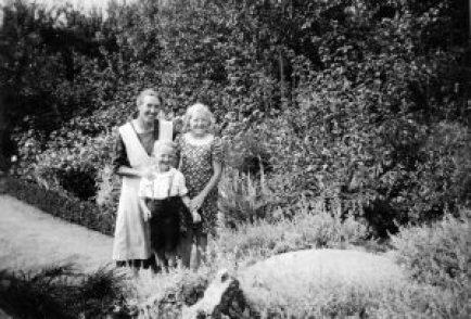 6 Anna, Inger og Jens Ove i haven 1939 fra Svend Eriks album_0006edit