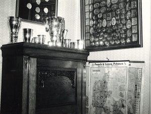 pokaler-og-medaljer-roejlem-bestyrerkontor-c-1960-fra-dorthe3001_edited-1